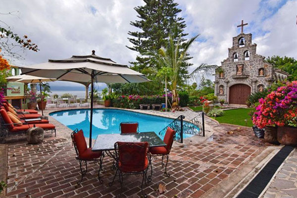 Pool view of the Ajijic Bed and Breakfast Villa del Angel.